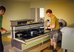 Montaż witryn sklepowych. Przy pracy Robert Stykowski sierpień 1997r.