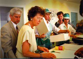 Otwarcie Cukierni Tiramisu 16.08.1997 r. -  przy pracy Wojciech Stykowski z Żoną Zuzanną, w tle starszy syn Robert
