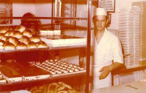 Wojciech Stykowski w swoim sklepie na Warszawskiej Starówce - lata 70-te
