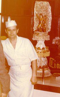 Wojciech Stykowski w swoim sklepie na Warszawskiej Starówce - lata 70-te (w tle tort z postacią Jana Kilińskiego)
