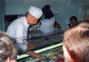 Wojciech Stykowski podaje lody w sklepie na Starówce - koniec lat 80-tych. Przy kasie pracuje Żona Wojciecha Zuzanna