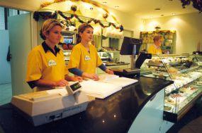 Jedne z pierwszych Świąt Bożego Narodzenia - świąteczna dekoracja sklepu i pełna gotowość dziewczyn...