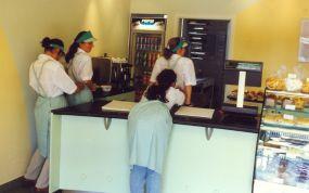 Pierwsze dni pracy - dziewczyny poprawiają swoje stroje...